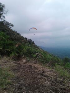 olahraga paralayang di atas Bukit Kekep, Desa Lengkong, Kabupaten Wonosobo. (foto: istimewa)