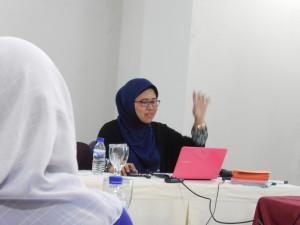 Arrum Widyatsari dari KARSA menjelaskan tentang Perempuan dalam Pembangunan Desa, (Sabtu, 2/5).