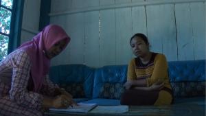 Siti Muntiah sedang melakukan survei kesejahteraan lokal Desa Tracap