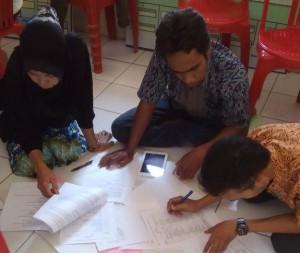 Simulasi penyusunan APBDesa oleh warga dan aparat Desa Kalukubodo.