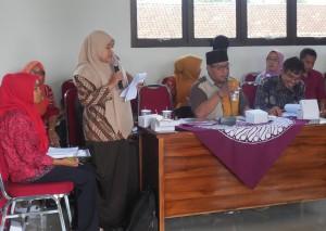 """""""Sekarang ini bisa membuktikan bahwa kami juga bisa mengambil peran untuk kemajuan desa kami,"""" Tursiyem, kader Sekolah Perempuan"""